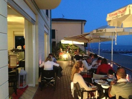 una magnifica cena in terrazza vista mare con music live - Foto di ...