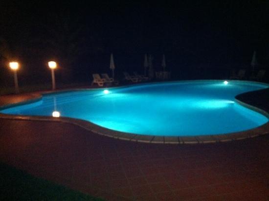 La Cuccumella : la piscina di notte.....
