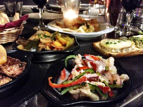 El Atril : tapas filling the table