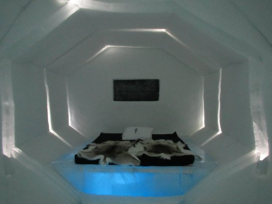 Davvi Arctic Lodge: A space traveller style room in the Ice hotel