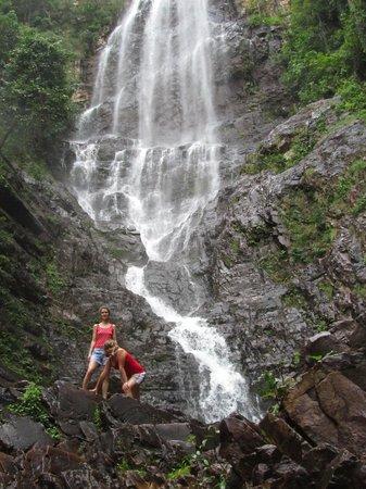 Temurun Waterfall: Водопад.