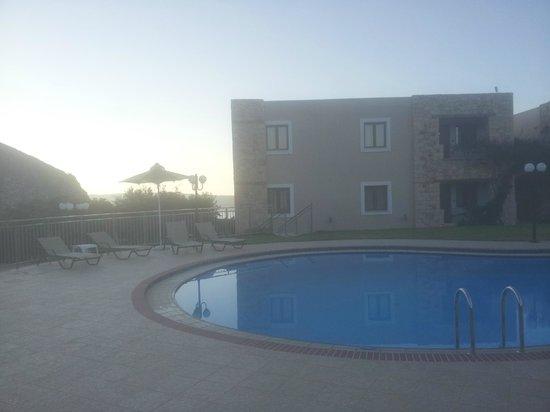 Areti Aparthotel: piscine le soir