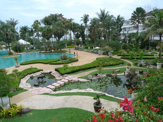 Thavorn Palm Beach Resort: Magnificent palm trees in ocean and pools
