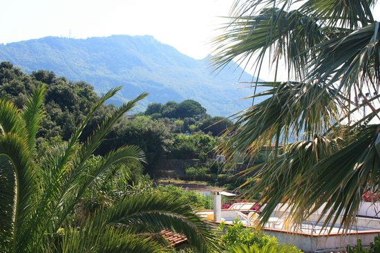 Grifo Hotel Charme & SPA: Hotel Grifo - View of mountains from raised sunbathing deck by pool