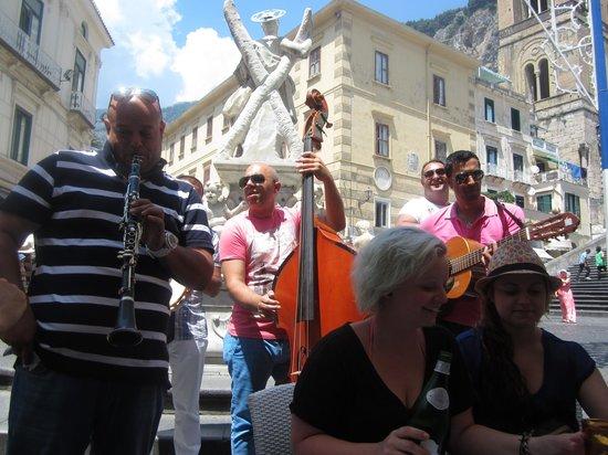 Piazza Duomo Restaurant & Bar: Musicians entertaining us