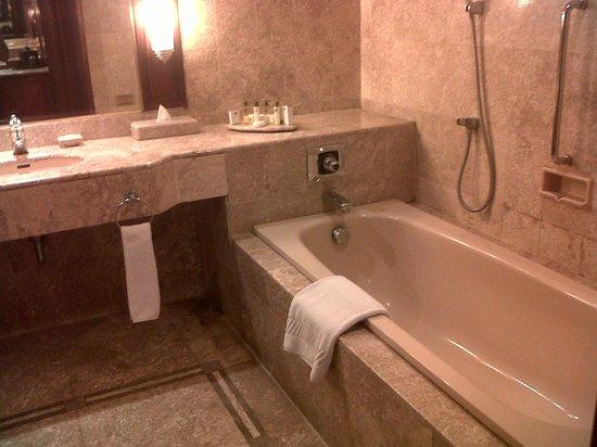The Sultan Hotel & Residence Jakarta: bath tub