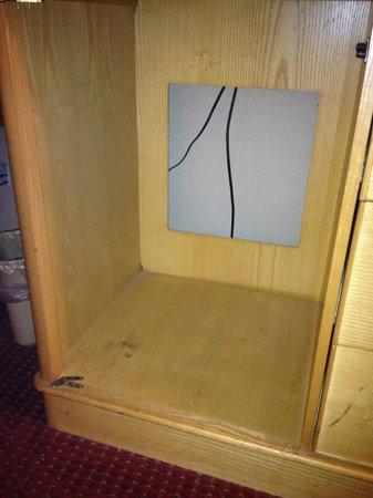 Days Inn & Suites Lancaster: old/broken TV credenza
