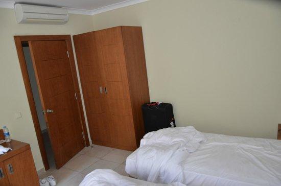 Club Calimera Serra Palace : Air conditionné soufflant sur le lit