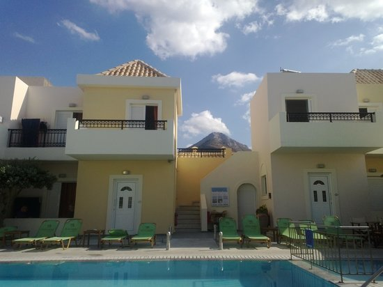 Olive Grove Apartments: mountain view  behind pool