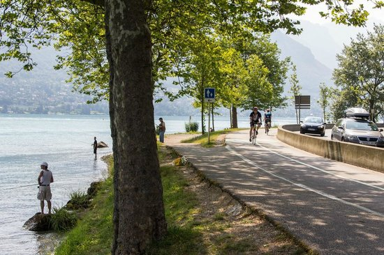 Lake Annecy Tourist Office: Bike path around Lake Annecy