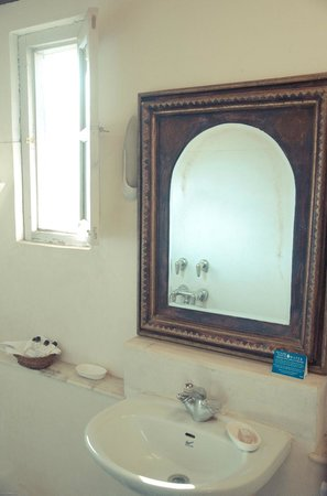 Neemrana's - Ramgarh Bungalows: Magnolia: One of the baths