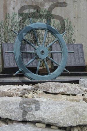 Lakelawn B&B Motel: fisherman memorial down the street