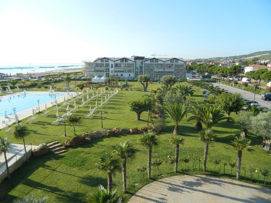 Roses Hotel: parco e piscina