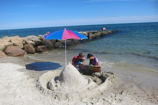 Lighthouse Inn: Beach out front is small but big enough for fun