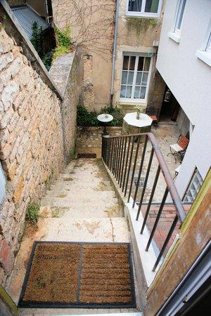 Le Petit Tertre: Courtyard