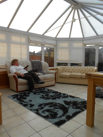 Auchyle Guest House: The sunroom was sunny even with overcast skies.