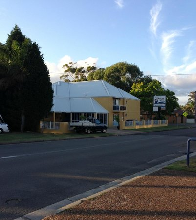Admiral Nelson Motor Inn: View from outside