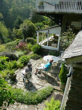 Woodlands Guesthouse: Our genial hosts enjoying their garden