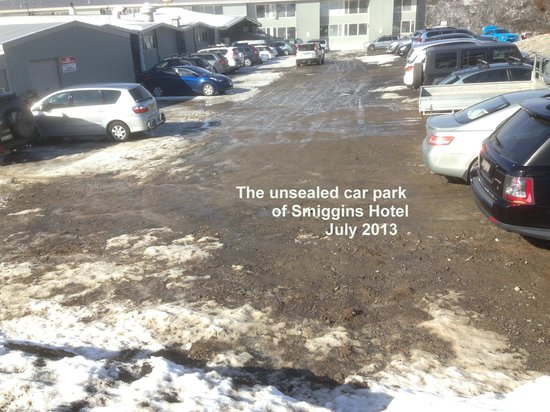Smiggins Hotel and Chalet Apartments: The slushy shoshy car park