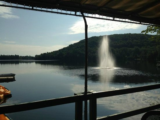 Auberge du Lac Morency: The fountain by the lake