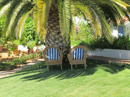 Quinta Bonita Luxury Boutique Hotel: taken in the evening, but an excellent spot to sit and read in the morning sun