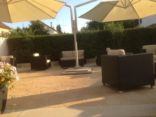 H+ Hotel Zuerich: Gartenterrasse