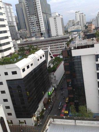 Salil Hotel Sukhumvit Soi 11: Street View (Deluxe Room)