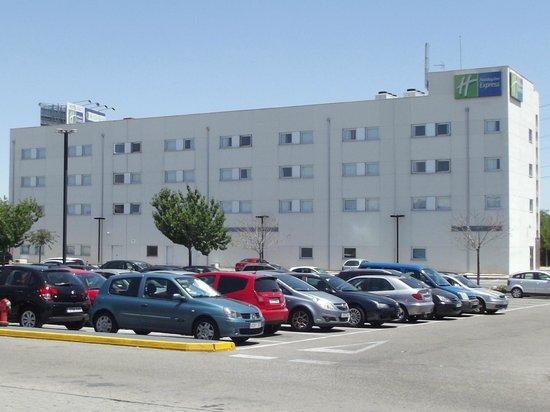 Holiday Inn Express Madrid-Getafe: Vista del Hotel y Aparcamiento
