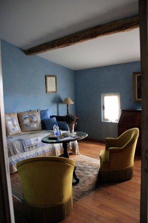 Domaine de Rhodes: Suite Degas sitting room