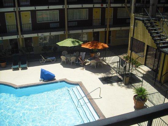 Mardi Gras Hotel & Casino: Pool mit Sonnenschirm
