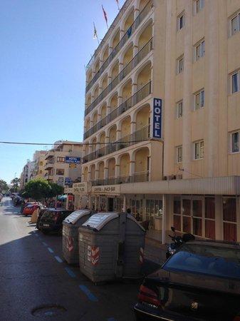 Hotel Central Playa: Hotel van buiten, links de kamers met balkon, rechts een ander gedeelte zonder wat zeer slecht i
