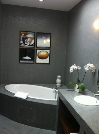 Chateau Cordeillan-Bages: Bathroom - the tub