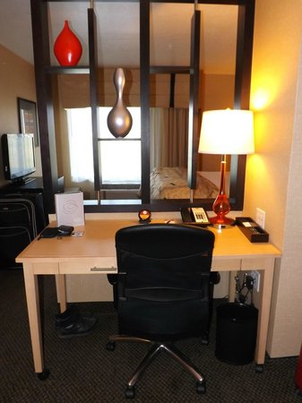 Cambria Hotel & Suites Rapid City: Desk area