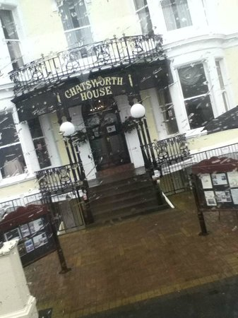 Chatsworth House Hotel: Front of the hotel, it was raining.