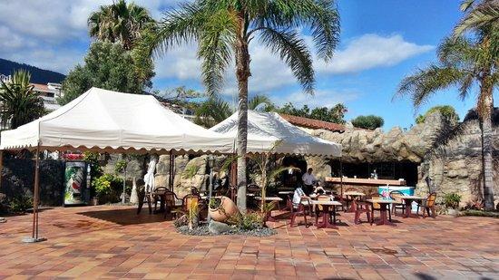 Apartamentos Playa De Los Roques: Außenbereich vor dem Restaurant