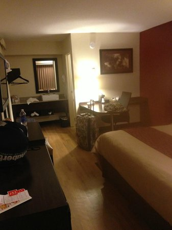Red Roof PLUS+ Baltimore - Washington DC/BWI Airport: Nice clean room