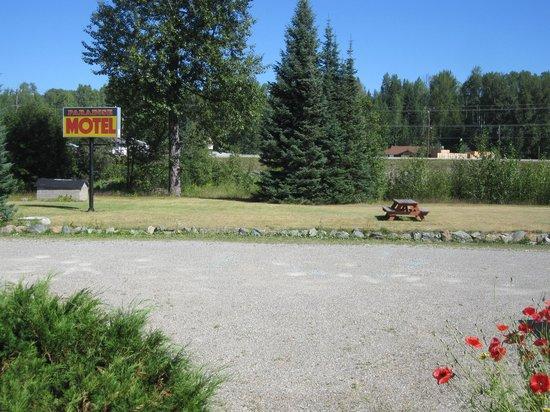 Paradise Motel of Hixon: Front Lawn