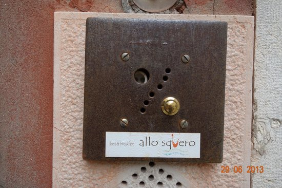 Allo Squero B&B with garden: Sign on the buzzer.