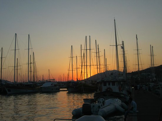 Kaya Pansiyon: Harbour at sunset - about a 10 minute walk from hotel