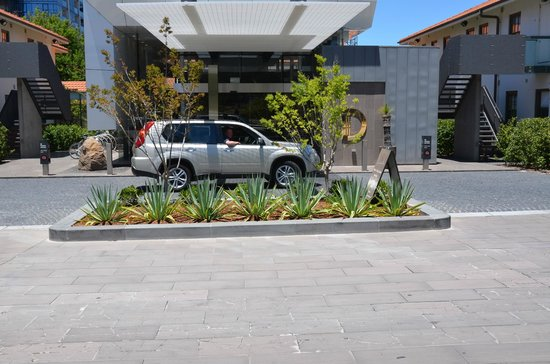 Peppers Gallery Hotel: Drop off point at front of hotel