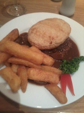 Honiley Court Hotel: Steak pie with chips and vegetables seperate