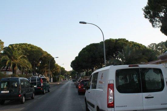 Hotel Campomar Playa: la calle que va hacia la playa al salir del hotel