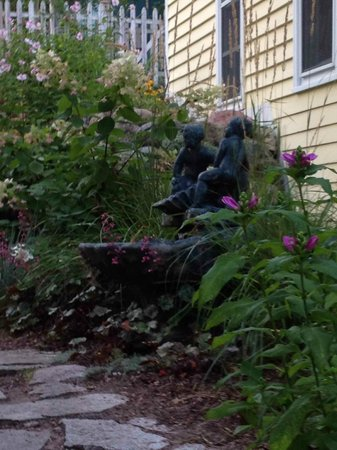 Bellaire Bed and Breakfast: Bubbling fountain under Savannah's room window... wonderful!
