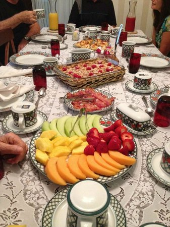 Bellaire Bed and Breakfast: Huge Breakfast at 9a.m - It's your own fault if you go away hungry!