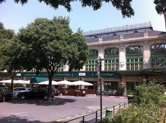 Brasserie l'Est : Façade et terrasse du restaurant