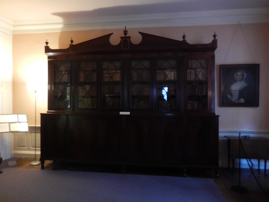 Heyward-Washington House : Nice bookcase in one of the rooms