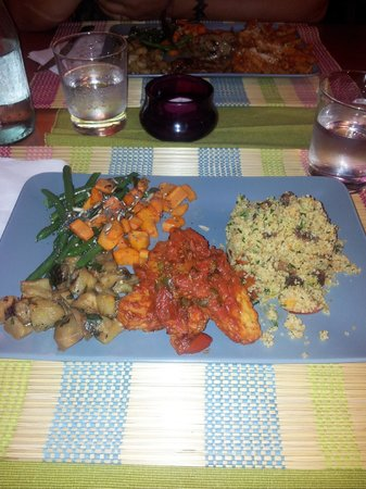 Naturalmente Veg: CousCous noci, uvetta e menta - tempeh con pomodoro capperi e olive - carote, melanzane e fagiol