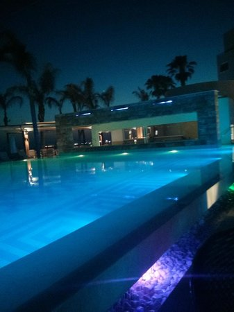 Alexander The Great Beach Hotel: Beleuteteter Pool am Abend