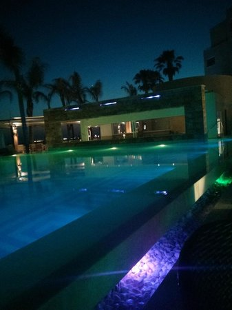 Alexander The Great Beach Hotel: Pool am Abend