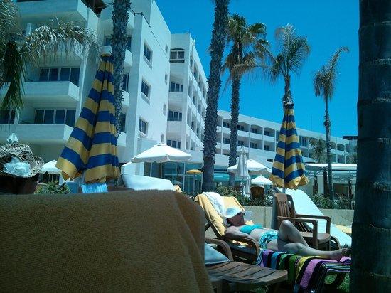 Alexander The Great Beach Hotel: Hotelansicht von der Strandseite aus